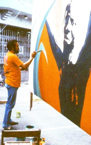 Sangiovanni pintando su mural en el Conde (1987)